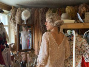 Даша Каплан в своем винтажном салоне
