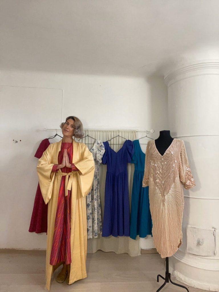 Даша с коллекцией винтажных платьев